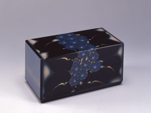 5. 目黒順三郎《彫漆水葵文箱》1989年(小) (1)