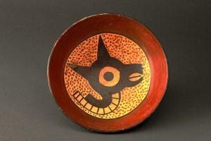 ④《縄をかけられたラクダ科動物が(リャマ?)描かれた土製の皿》