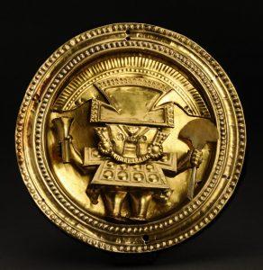 ①《細かい細工がほどこされた金の装飾品》