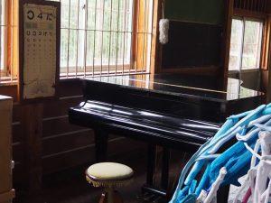 絵本と木の実の美術館体育館ピアノ