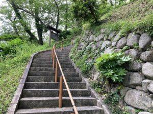 良寛と夕日の丘公園階段